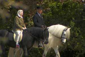 02-Queen-Elizabeth-Riding-Horse
