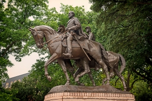 statue-of-general-robert-e-lee-on-his-horse-traveller-mountain-dreams
